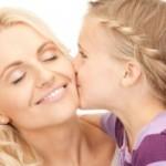 целует маму
